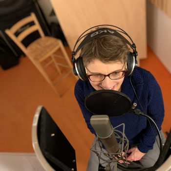 Liedermacherin Eva Beyer bei Gesangsaufnahmen im Studio